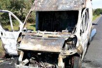 O mașină a luat foc la Borlești