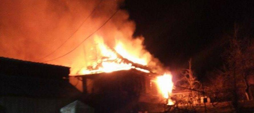 O bătrână din Hangu s-a trezit cu casa în flăcări noaptea trecută