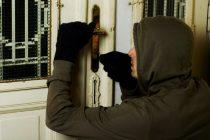 Tânăr din Bacău reţinut de poliţiştii din comuna Români pentru furt din locuinţe