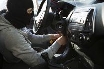 6 maşini furate într-o singură noapte de un adolescent