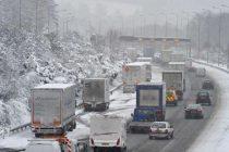 Poliţiştii nemţeni recomandă şoferilor prudenţă pe drumurile acoperite de zăpadă