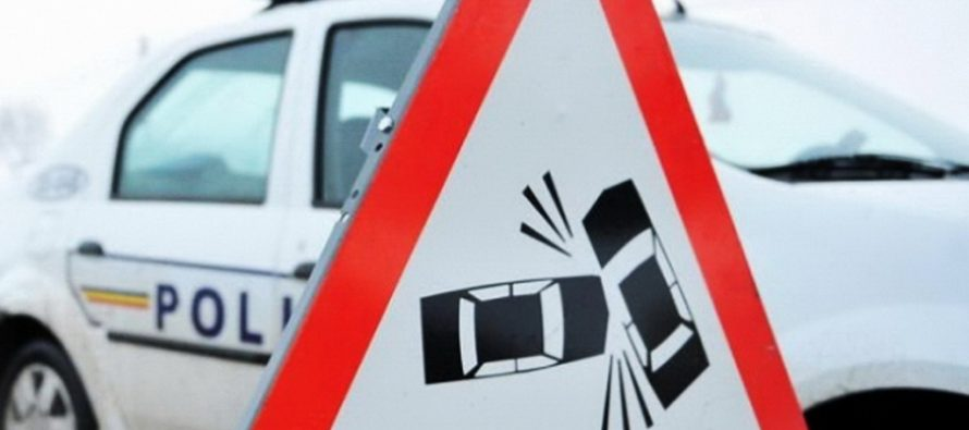 Accident rutier cu 3 autoturisme avariate în parcarea unui supermarket din Roman
