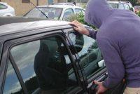Doi tineri au furat autoturismul unui bărbat și s-au oprit într-un gard