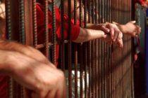 Condamnat pentru mai multe infracțiuni, dus de polițiști la penitenciar