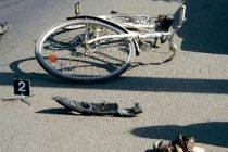 Un biciclist a decedat după ce s-a izbit violent de un cap de podeț