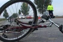 Biciclist acroşat de un autoturism după ce nu s-a asigurat la schimbarea direcţiei