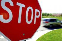 A făcut accident pentru că nu a oprit la STOP
