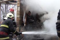 Incendiu la o locuinţă din Zăneşti. Un bătrân de 90 de ani a suferit arsuri grave.