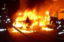 O maşina a ars, în această dimineaţă, la Roznov