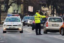 Urmărit de polițiști, fără permis, băut, cu o mașină neînmatriculată, s-a oprit într-un stâlp