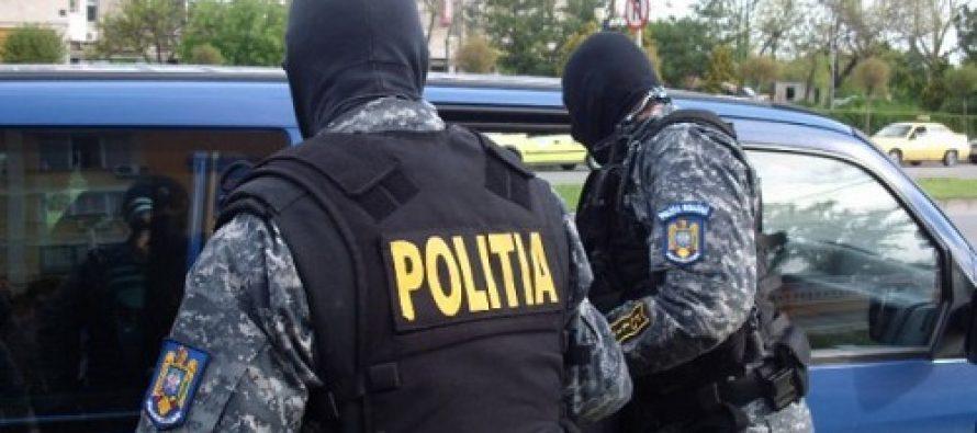 """5 bărbați din Săvinești luați de acasă cu """"mascații"""" pe fondul unor acte de violență"""