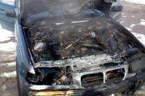 Un autoturism a luat foc în municipiul Roman din cauza scurgerilor de benzină