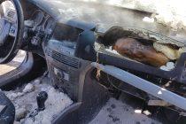 Un autoturism a luat foc de la un scurtcircuit