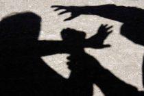 Reținuți de polițiști după ce au bătut și tâlhărit un tânăr