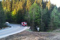 O autoutilitară s-a răsturnat pe raza comunei Pipirig. Două persoane au reuşit să iasă din maşină.