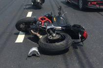 Un tânăr fără permis din Răuceşti s-a izbit cu mopedul într-un pod