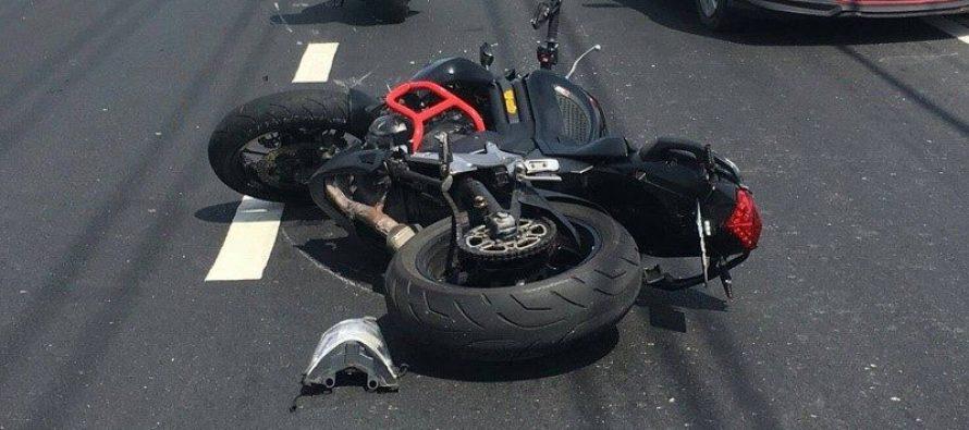 Un motociclist nu a păstrat distanța în trafic și s-a izbit de autoturismul din fața lui