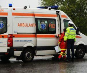 Două persoane rănite după ce un autoturism s-a izbit de un podeț din beton
