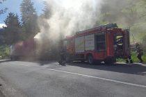 Un TIR plin cu cărbuni a luat foc pe şosea