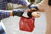 Prins de polițiști după ce a furat geanta unei femei
