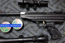 Cercetaţi pentru evaziune fiscală şi deţinere ilegală de armă