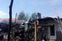 Două gospodării învecinate cuprinse de flăcări, în comuna Sagna