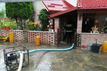 Misiuni de scoatere a apei din gospodării pentru pompierii nemţeni