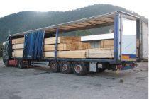 Prins de poliţişti cu un transport ilegal de lemne lângă Roman