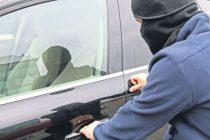 Prins de poliţişti după ce a furat două autoturisme