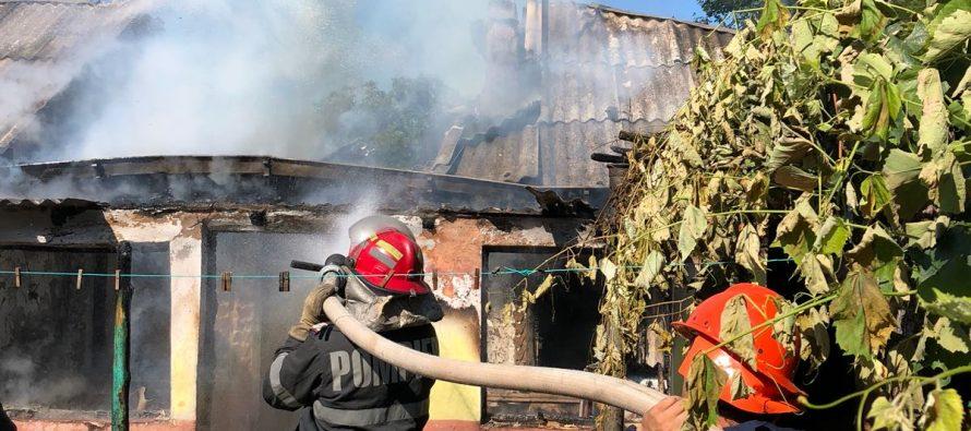 Acoperișul unei bucătării a ars din cauza unui coș de fum