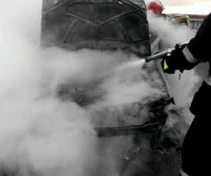 Un autoturism din Piatra Neamţ a luat foc de la consumatorii electrici cu defecţiuni
