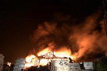 Incendiu devastator la un depozit de materiale de construcţii şi piese auto din Tg. Neamţ