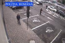 Căutat de poliţişti după ce a furat bani dintr-o maşină parcată la mall