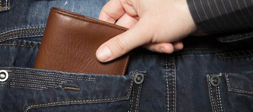 O tânără de 21 de ani a furat banii din buzunarul unui cetățean