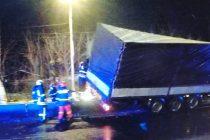 Un TIR din Polonia a rupt despărțitoarele de sens la ieșirea din Roman, pe E85