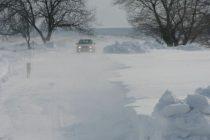O ambulanță BGS a rămas blocată în zăpadă în localitatea Stejaru