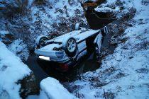 Un autoturism s-a răsturnat în afara suprafeței carosabile în localitatea Dulcești