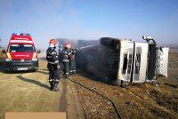 Un camion s-a răsturnat într-un șant, pe raza localității Poienari