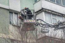 O femeie a rămas blocată în balcon după ce copilul de 1 an i-a încuiat ușa