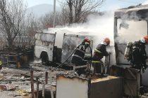 Două autobuze dezafectate au ars în curtea unei societăți, pe str. Fermelor din Piatra Neamț