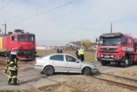 La un pas de moarte: Un autoturism a rămas blocat pe calea ferată și a fost lovit de tren