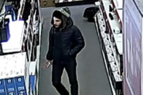 A furat o pereche de căști dintr-un magazin și este căutat de polițiști