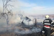 Un adăpost de animale și o fânărie au ars într-un incendiu, în comuna Brusturi