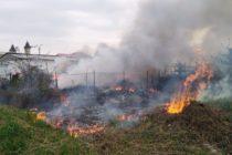 O tonă de deșeuri au ars ieri pe strada Muncii, în Piatra Neamț