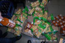 Produse alimentare și băuturi expirate descoperite de polițiștii locali la comercianți