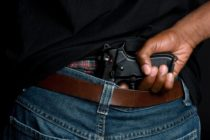 Un tânăr din Roman a fost împușcat, din joacă, cu un pistol cu aer comprimat