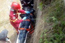 La un pas de moarte după ce a căzut într-un canal betonat de 2,5 m înălțime