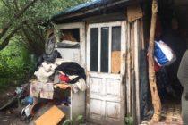 O familie cu doi copii minori și-a construit un adăpost improvizat pe malul Bistriței