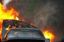 Autoturism ars în întregime pe un teren viran, în comuna Borlești