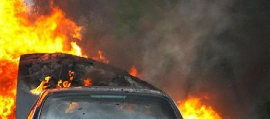 Un autobuz și un autoturism dezafectate au luat foc în incinta unei societăți comerciale din Roman